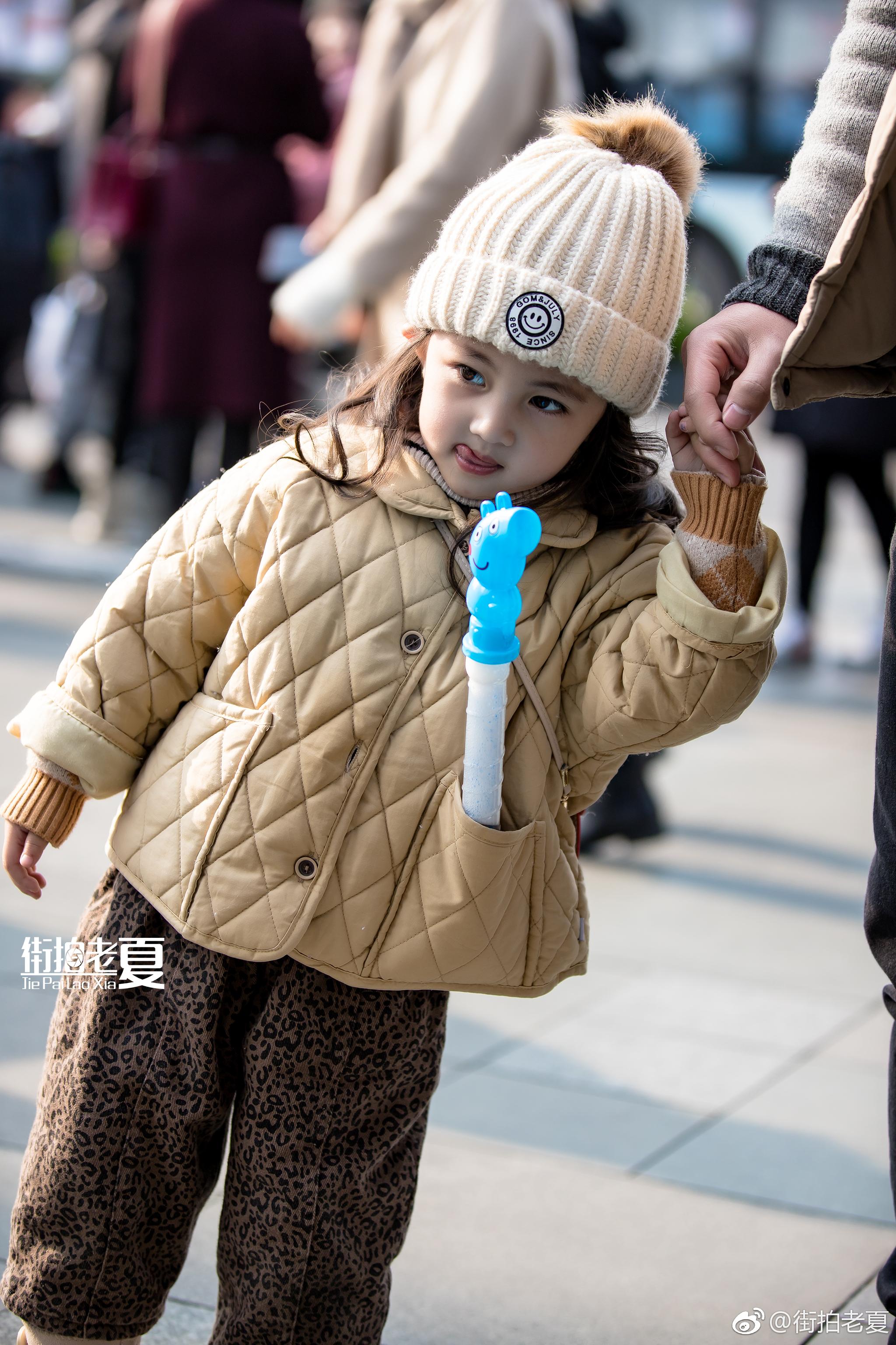 0   @ 街拍老夏 「成都街拍」这么可爱的小朋友,你们难道不赶紧找个男