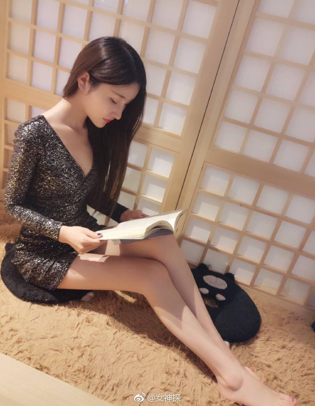 美女在风景看书