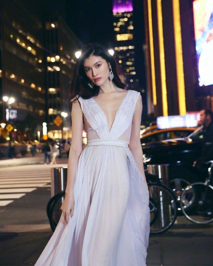 美女模特频道:何穗维密晚宴后纽约街头拍美照一袭白裙冒寒奔跑仙气足