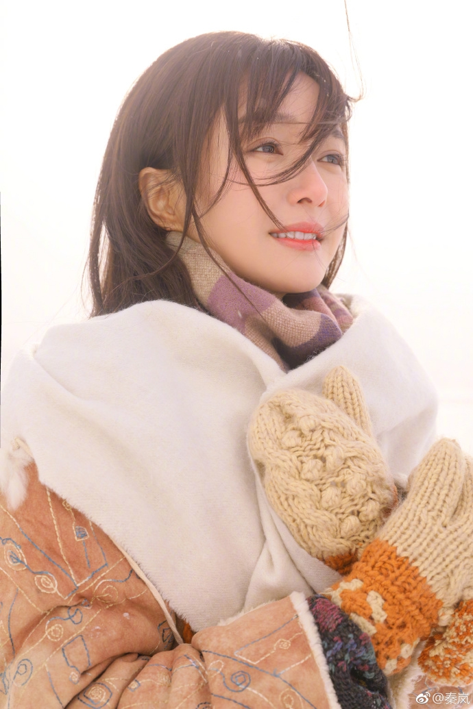 组图:秦岚日系装扮雪地里拍写真 脸颊通红美丽