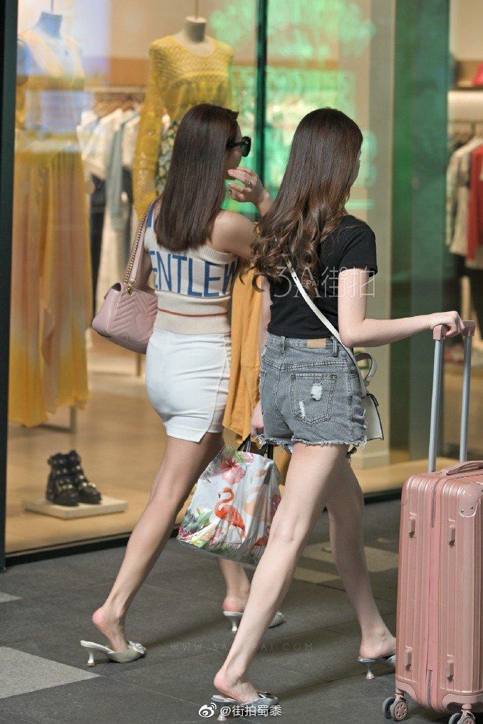 两个漂亮的小姐姐是旅游回来了吗? zt - 步行街主干道 - 虎扑社区